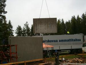 16.08.2009Saapuivat Ilmarin verstaan sandwich- elemetit Ämmän betonilta Suomussalmelta. Elementit olivat varsin painavia ja kookkaita (suurimmat 3,8 m x 6,5 m). Elementtien eristeenä 15 cm eps.