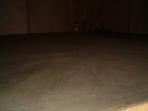 """06.11.2009 """"Ilmarin verstaaseen"""" tulee wc/suihku, lattialämmitys, rasvan- ja hiekanerotuskaivot. Kuvassa lattia valettuna odottamassa muutaman tunninpäästä alkavaa Mastertop 100 käsittelyä."""