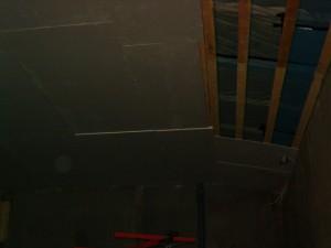 """09.12.2009 """"Ilmarin verstaan"""" kattoon asennettiin tupla gyproc levytys jotta saataisiin ns. puolentunnin palokatko."""